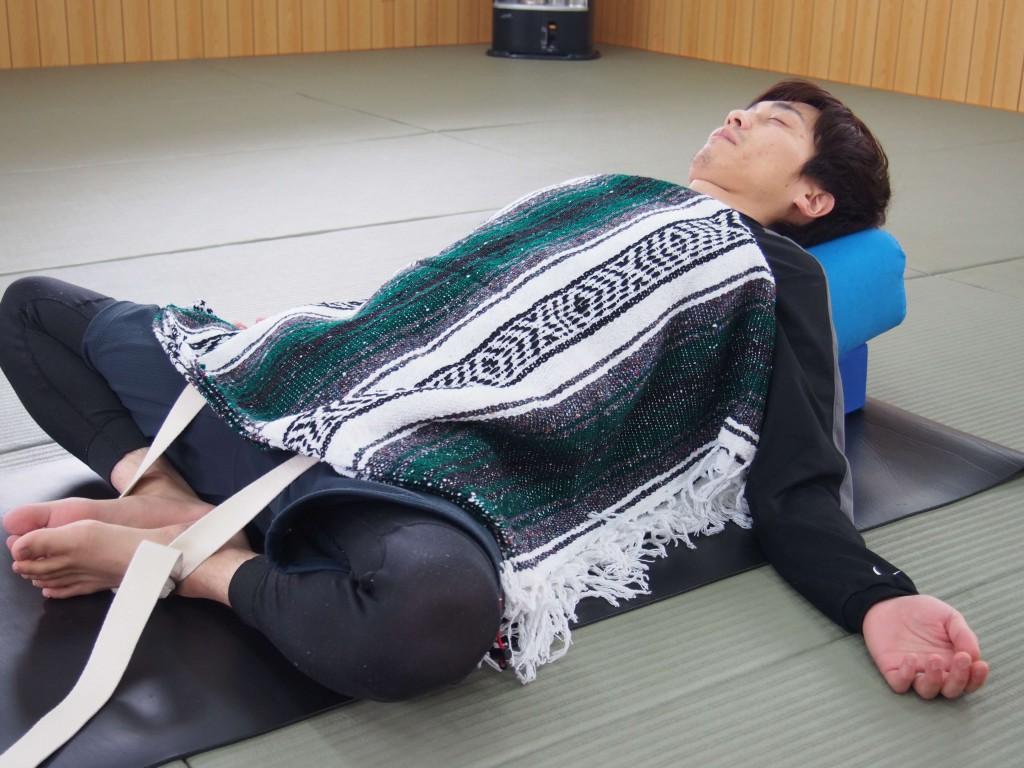後屈だってゆるいんです。腰と足をストラップでつないで両手は楽な位置に。一生このままでもいいぐらい心地いいです。